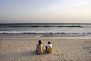 Spanje, Barbate, 9-5-2010Twee mensen, paar, op het strand bij de zee, bij ondergaande zon, zonsondergang. Associatie geluk.Two people, couple, on the beach along the sea at setting sun, sunset. Association hapinessFoto: Flip Franssen/Hollandse Hoogte
