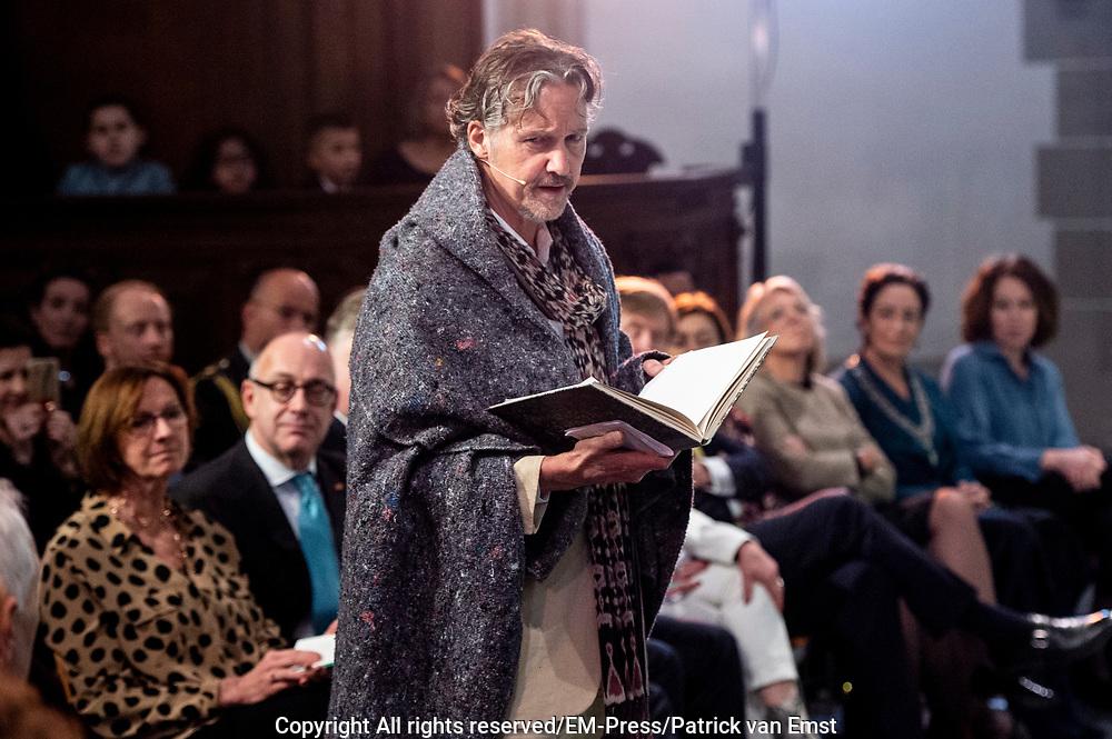 Koning Willem Alexander onthult gedenksteen voor Multatuli - Eduard Douwes Dekker, in de Nieuwe kerk, Amsterdam als onderdeel het Multatuli-jaar<br /> <br /> op de foto: Thom Hoffman