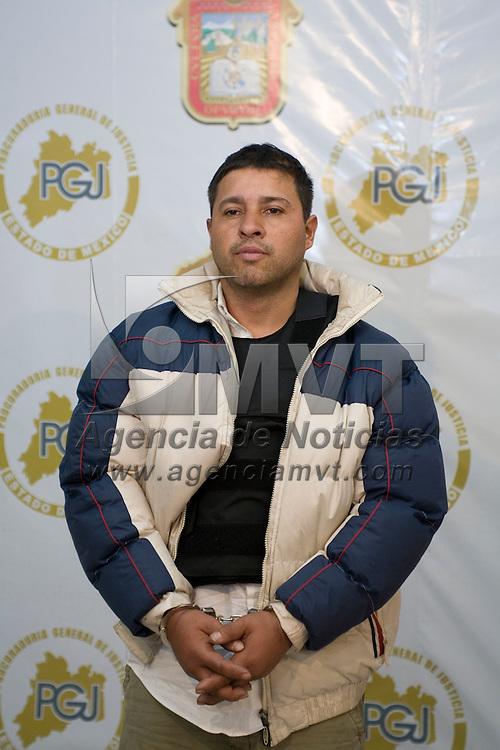 """Toluca, Mex.- Miguel Magaña García alias """"el gris"""", fue presentado en la Procuraduría General de Justicia como uno de los autores materiales del homicidio de Braulio Nicolas Hernández, escolta del director de la policia ministerial en la entidad Cuitlahuac Lugo. Agencia MVT / Mario Vazquez de la Torre. (DIGITAL)<br /> <br /> NO ARCHIVAR - NO ARCHIVE"""