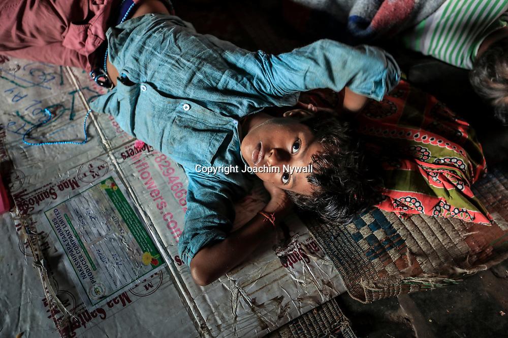 20171029 Kolkata Calcutta Indien<br /> Malik Ghat Flower market <br /> Blomstermarknad<br /> Ett gatubarn som sover på backen i en tunnel<br /> <br /> ----<br /> FOTO : JOACHIM NYWALL KOD 0708840825_1<br /> COPYRIGHT JOACHIM NYWALL<br /> <br /> ***BETALBILD***<br /> Redovisas till <br /> NYWALL MEDIA AB<br /> Strandgatan 30<br /> 461 31 Trollhättan<br /> Prislista enl BLF , om inget annat avtalas.