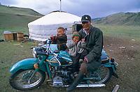 Mongolie, Province d'Arkhangai, Famille de nomade. // Mongolia, Arkhangai province, nomaic family.