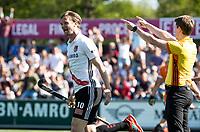 AMSTELVEEN  - Hockey -  1e wedstrijd halve finale Play Offs dames.  Amsterdam-Bloemendaal (5-5), Bl'daal wint na shoot outs. Amsterdam komt even voor tijd gelijk.   Mirco Pruyser (A'dam) juicht. COPYRIGHT KOEN SUYK
