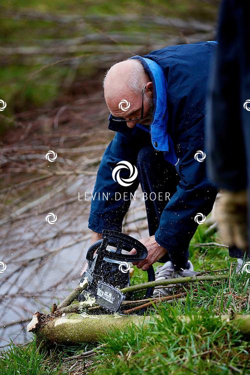 ZALTBOMMEL - Bij dierenasiel bommelerwaard zijn 20 vrijwilligers aan het helpen om de buitenruimtes op te ruimen en wat snoeiwerk te verrichten. FOTO LEVIN DEN BOER - PERSFOTO.NU