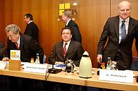 20 JAN 2003, BERLIN/GERMANY:<br /> Dieter Hundt (L), Praesident Bundesvereinigung der Deutschen Arbeitgeberverbaende, BDA, Gerhard Schroeder (M), SPD, Bundeskanzler, Bernd Pfaffenbach (R), Leiter Abteilung 4  (Wirtschafts- und Finanzpolitik) im Bundeskanzleramt, vor Beginn einer Sitzung von Kanzler und  BDA-Praesidium, Haus der Wirtschaft<br /> IMAGE: 20030102-02-011<br /> KEYWORDS: Präsident, Gerhard Schröder,
