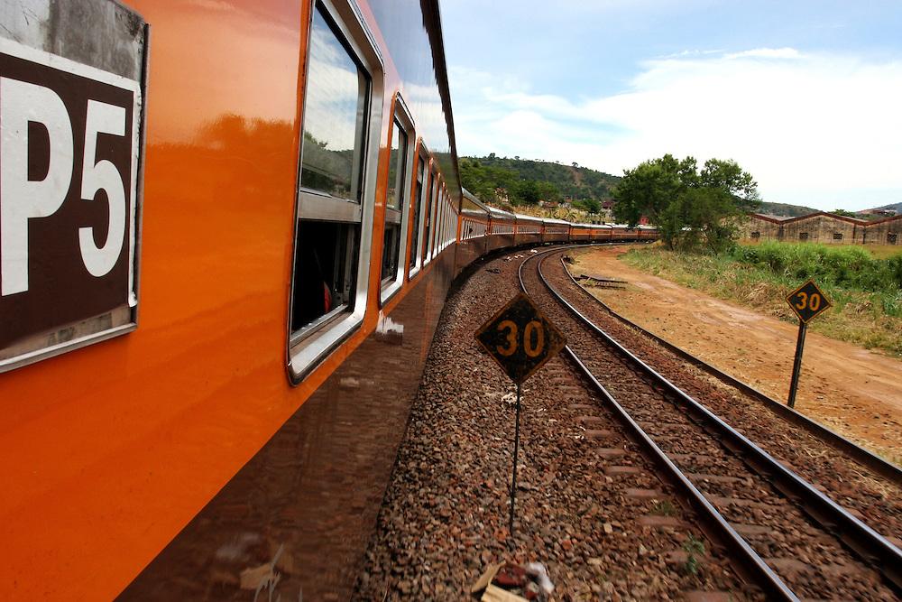 Conselheiro Pena_MG, Brasil. ..Trem de passageiros da Estrada de Ferro Vitoria-Minas...The passenger train of the Railroad Vitoria-Minas...Foto: MARCUS DESIMONI / NITRO
