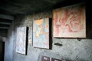 """Arcumeggia il paese dipinto in provincia di Varese. """"Studio di due piedi"""" di François Jans Jean e """"composizione Astratta"""" di Mohamed Shamssedine"""