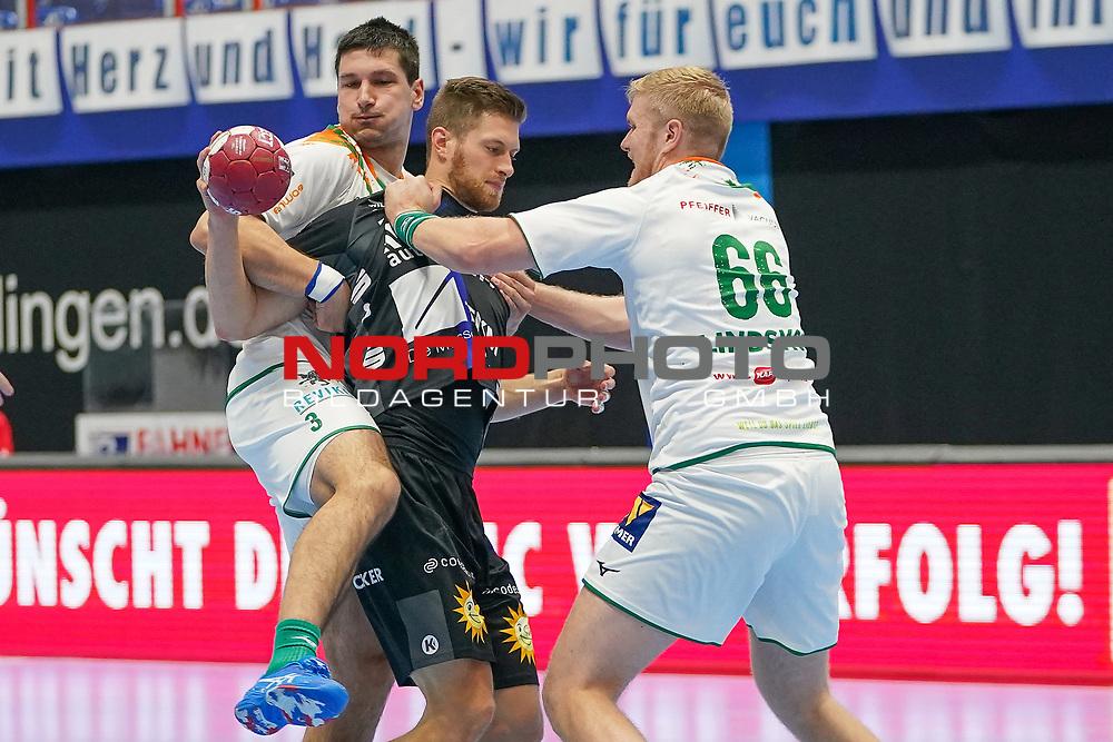 15.10.2020, Klingenhalle, Solingen,  GER, 1. HBL. Herren, Bergischer HC vs. HSG Wetzlar, <br /><br />im Bild / picture shows: <br />Fabian Gutbrod (BHC #22), im Zweikampf gegen  Anton Lindskog (HSG Wetzlar #66),  Ivan Sršen (HSG Wetzlar #3),   <br /><br /><br />Foto © nordphoto / Meuter