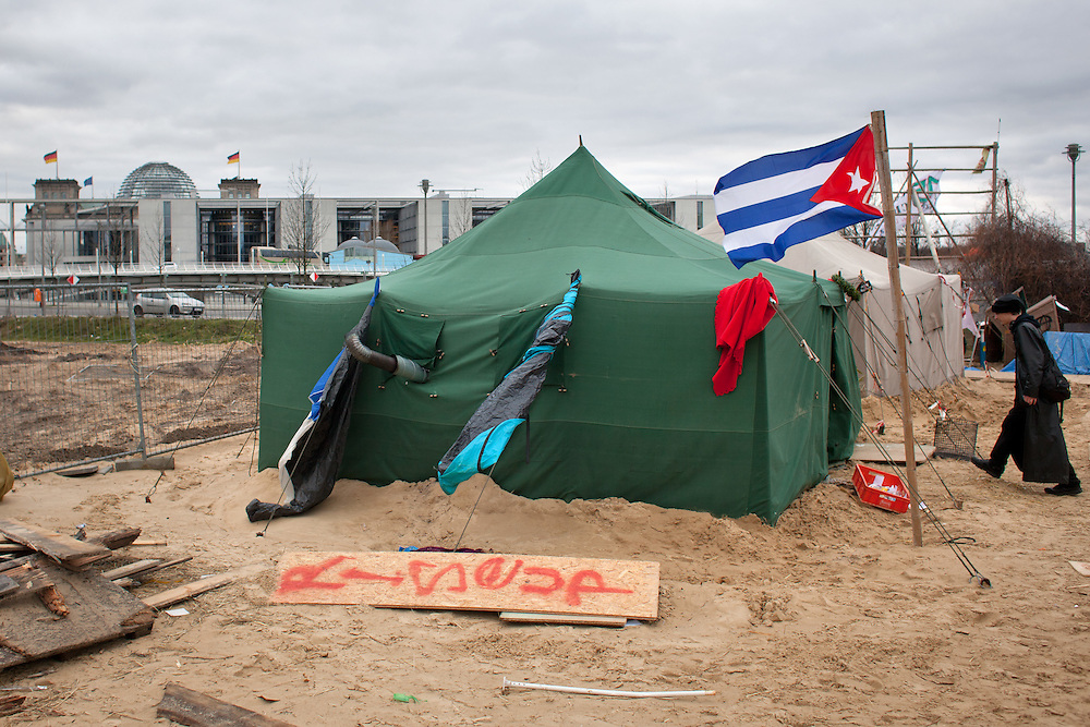 Aktivisten des kapitalismuskritischen Occupycamps auf dem Gelände des ehemaligen Bundespressetrands lassen die Frist zur freiwilligen Räumung des Geländes am Freitag Mittag verstreichen.