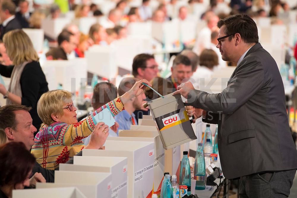 DEU, Deutschland, Germany, Hamburg, 07.12.2018: Delegierte bei der Wahl des CDU-Vorsitzenden mit mobilen Wahlkabinen auf den Tischen beim Bundesparteitag der CDU in der Messe Hamburg. Mitarbeiter mit Wahlurne sammelt die Stimmzettel ein.