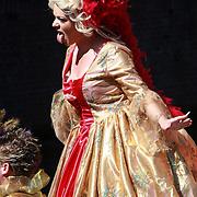 NLD/Amsterdam/20070804 - Gaypride Canalparade 2007, verklede travestiet steekt haar tong uit