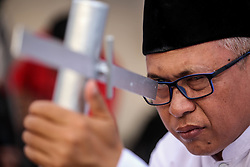 May 5, 2019 - Jakarta, Indonesia - A man uses a traditional telescope to perform ''rukyah'', the sighting of the new moon that signals the start of the holy month of Ramadan in Jakarta, Indonesia on 5 May 2019. (Credit Image: © Andrew Gal/NurPhoto via ZUMA Press)