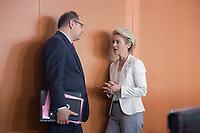 16 JUL 2014, BERLIN/GERMANY:<br /> Christian Schmidt (L), CSU, Bundeslandwirtschaftsminister, und Ursula von der Leyen (R), CDU, Bundesverteidigungsministerin, im Gespräch, vor Beginn der Kabinettsitzung, Bundeskanzleramt<br /> IMAGE: 20140716-01-011<br /> KEYWORDS: Sitzung, Kabinett, Gespräch