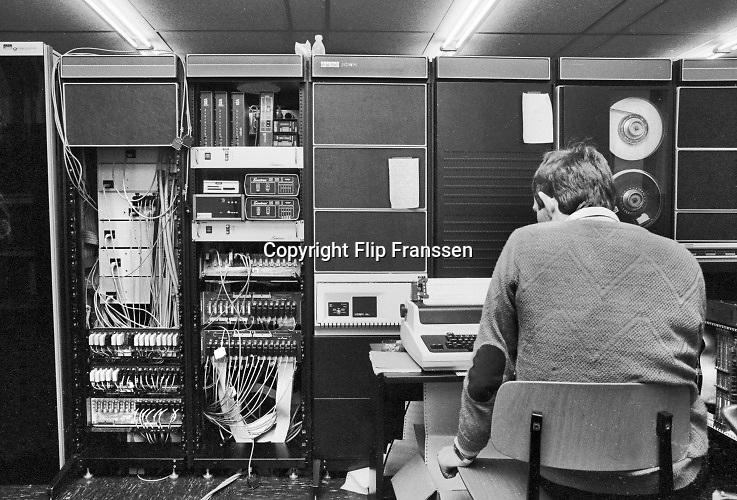 Nederland, Nijmegen, 11-5-1983Een computertechnicus is aan het werk aan een mainframe, server, netwerk, de digital VAX machine, in het rekencentrum van de universiteit bij wis en natuurkunde, b faculteit, informatica.Instructie!!!!Let bij gebruik en opmaak in drukwerk van zwartwit beelden of het juiste profiel in het beeld zit. Moet zijn Adobe-RGB ipv Gray!Foto: Flip Franssen