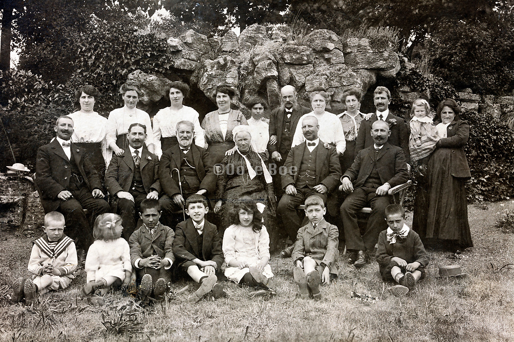 large group family posing with children and elderly 1920s France