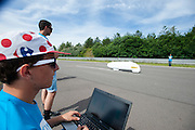 Aurelien Bonneteau doet voor het universiteitsteam van Annecy een poging het uurrecord te verbreken. Door de hitte slaagt hij er niet in. In Duitsland worden op de Dekrabaan bij Schipkau recordpogingen gedaan met speciale ligfietsen tijdens een speciaal recordweekend.<br /> <br /> In Germany at the Dekra track near Schipkau cyclists try to set new speed records with special recumbents bikes at a special record weekend.