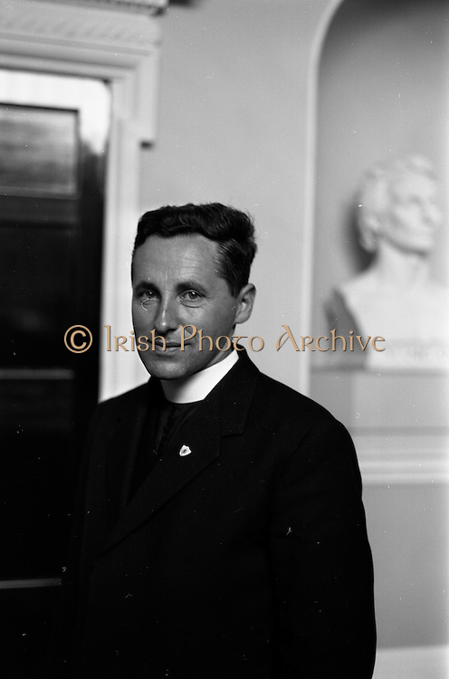 20/09/1963<br /> 09/20/1963<br /> 20 September 1963<br /> Rev. Fr. Raymond Browne, Chairman, Muintir na Tire visits President de Valera. before leaving to represent Ireland at the United Nations International Study Group at Leicester, England, Fr. Browne C.C. (Drumboylan, Co. Roscommon) was received by President Eamon de Valera at Aras an Uachtarain, Dublin.