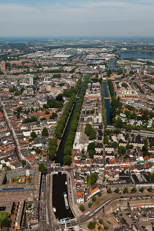 Nederland, Noord-Brabant, Den Bosch, 08-07-2010; Zuid-Willemsvaart,  lateraalkanaal van de Maas, verbindt Maastricht met Den Bosch. .Het laatste deel van het kanaal door de binnenstad is te klein, er wordt een nieuwe aftakking naar de Maas gegraven (buiten de stad om). .South Willemsvaart, lateral channel of the Meuse, connects Maastricht with Den Bosch.The last part of the canal through the town is too small, a new branch is being dug (outside the city)..luchtfoto (toeslag), aerial photo (additional fee required).foto/photo Siebe Swart