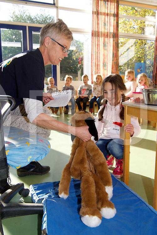 OUDLEUSEN - Hondenles<br /> Foto: Knuffel hond wordt eerst ten tonele gevoerd.<br /> FFU Press Agency copyright Frank Uijlenbroek