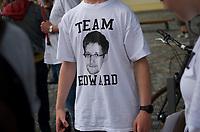 DEU, Deutschland, Germany, Berlin, 29.07.2013:<br />1. Großer BND Spaziergang der Digitalen Gesellschaft. Demonstration vor dem Neubau des Bundesnachrichtendienstes (BND) in der Chausseestrasse anlässlich der durch Edward Snowden publik gewordenen massenhaften Ausspähung von Kommunikationsdaten durch den US-Geheimdienst NSA. Ein Teilnehmer mit einem Edward Snowden Team T-Shirt.