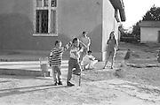 Paul à gauche sur la photo quand il avait 7 ans en 1994 dans la cour de l'orphelinat de Popricani.