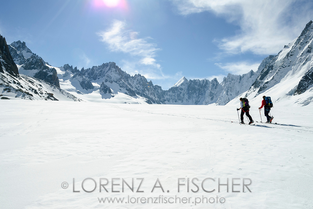 Skitouren im Argentière-Kessel bei Chamonix. Auf dem Glacier d'Argentière mit Blick auf die Aiguilles Rouges du Dolent und den Mont Dolent.