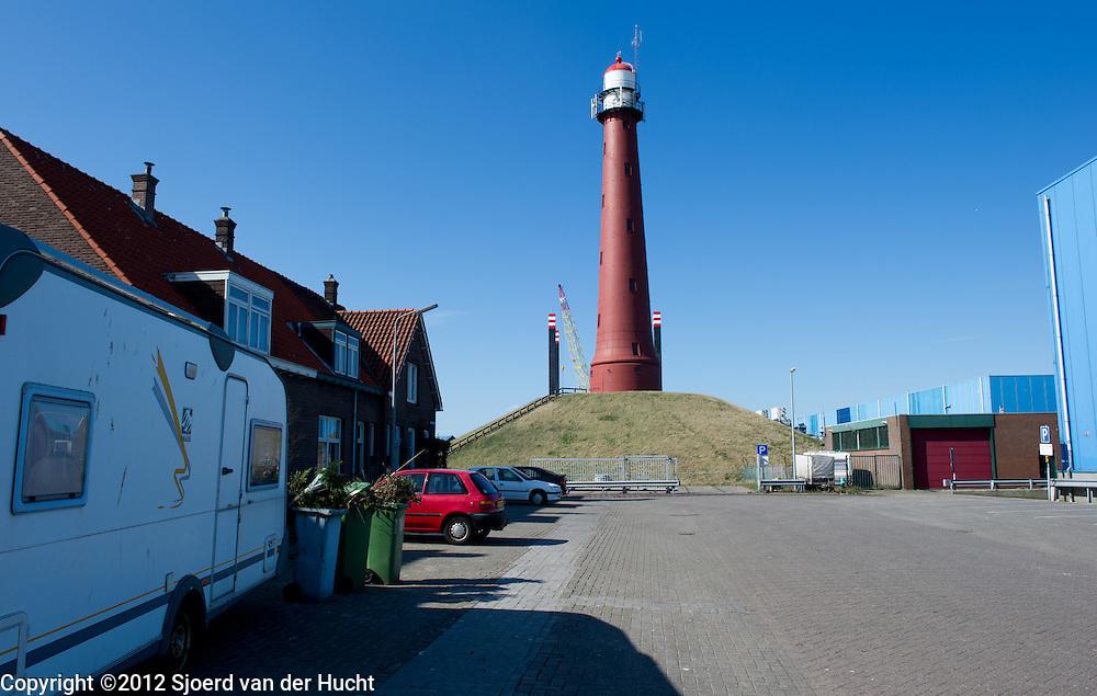 """Hoge vuurtoren van IJmuiden, Noord-Holland. De hoge vuurtoren van IJmuiden is een ronde, roodbruine, gietijzeren toren die is ontworpen door Quirinus Harder. De toren heeft een hoogte van 35 meter en vormt samen met de Lage vuurtoren van IJmuiden een lichtlijn die de IJgeul en ingang van de haven markeren. De toren telt tien verdiepingen en 159 treden.Het licht heeft een lichtsterkte van 3.500.000 candela en een zichtbaarheid van 29 zeemijlen. Het licht schittert elke 5 seconde. - The hoge vuurtoren van IJmuiden (""""high lighthouse of IJmuiden"""") is a round, cast-iron lighthouse in IJmuiden, Netherlands, designed by Quirinus Harder. Together with the Lage vuurtoren van IJmuiden, the 35-meter high lighthouse forms a pair of leading lights marking the IJgeul (the entrance on the North Sea to the North Sea Canal). The lighthouse has ten stories and 159 steps."""