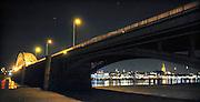 Nederland, Nijmegen, 15-2-2009De Waalbrug bij Nijmegen verlicht tijdens de avond. Op de waalkade is het verlichte gebouw van Holland Casino te zien. Rechts de Stevenstoren van de Stevenskerk.Foto: Flip Franssen/Hollandse Hoogte