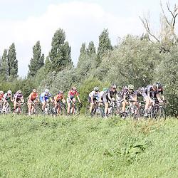 03-09-2016: Wielrennen: Ladies Tour: Tiel      <br /> TIEL (NED) wielrennen<br /> Peloton langs de Waal bij Doodewaard