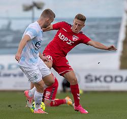 Anders Holst (FC Helsingør) og Agon Mucolli (FC Fredericia) under kampen i 1. Division mellem FC Fredericia og FC Helsingør den 4. oktober 2020 på Monjasa Park i Fredericia (Foto: Claus Birch).