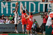 DESCRIZIONE : Siena Lega A 2008-09 Playoff Finale Gara 2 Montepaschi Siena Armani Jeans Milano<br /> GIOCATORE : Henry Domercant<br /> SQUADRA : Montepaschi Siena<br /> EVENTO : Campionato Lega A 2008-2009 <br /> GARA : Montepaschi Siena Armani Jeans Milano<br /> DATA : 12/06/2009<br /> CATEGORIA : rimbalzo<br /> SPORT : Pallacanestro <br /> AUTORE : Agenzia Ciamillo-Castoria/G.Ciamillo