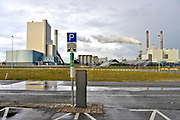 Nederland, Rotterdam, 12-5-2017 Links de nieuwe, moderne elektriciteitscentrale van Eon, E-on sinds kort in gebruik. Rechts de oudere. Kolencentrale, co2 uitstoot, kolen, kolengestookte, op de Maasvlakte. the new land. Foto: Flip Franssen