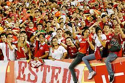 Torcida colorada momentos antes da partida entre as equipes do  Internacional e Santos, válida pela Copa Libertadores da América, no Estadio Beira Rio em Porto Alegre. FOTO: Jefferson Bernardes/Preview.com