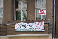 DEU, Deutschland, Germany, Berlin, 24.05.2019: Protestplakate an der Fassade des Wohnhauses Krossener Strasse 36 in Friedrichshain. Das Haus wurde an die Aramid GmbH verkauft. Bis zum 10.6.2019 läuft die Frist für die Ausübung des bezirklichen Vorkaufsrechts.