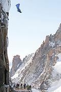 BASE JUMBER ET WINGSUITER  ROCH MALNUIT SAUTE DE L AIGUILLE DU MIDI (3800 M)