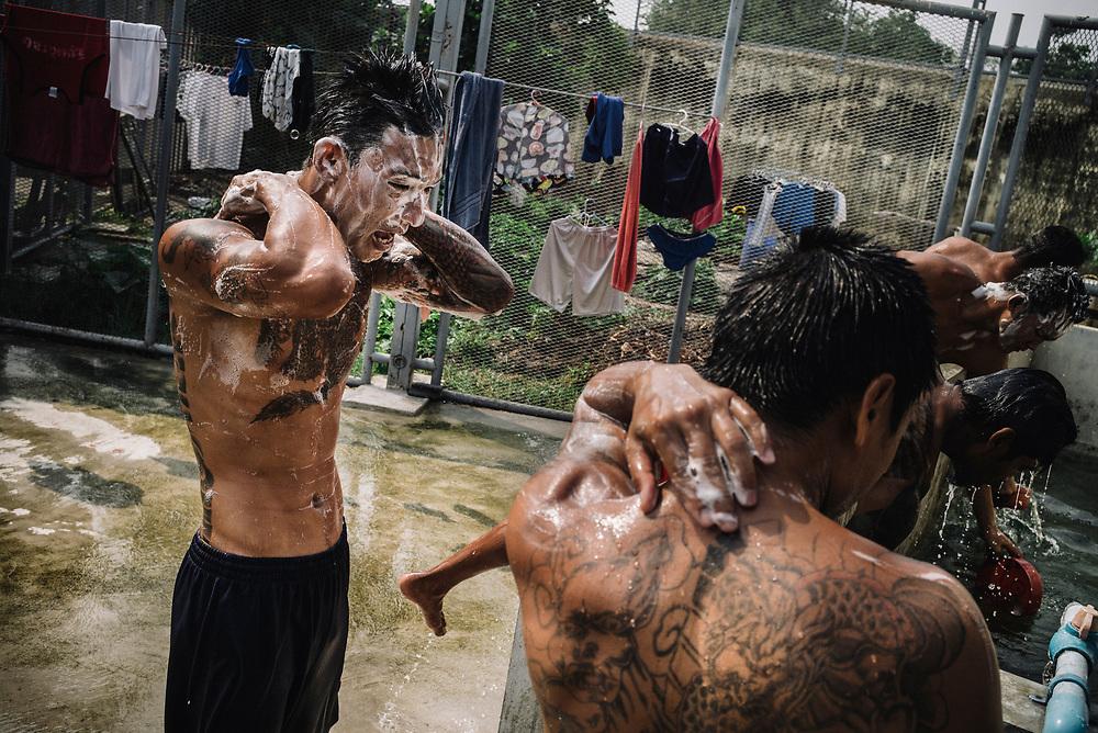 Bangkok  March 2014, inmates and Muay Thai (kickboxing) fighters, washing after a training session at the Klong Prem high-security prison. Klong-prem Central Prison, or generally called Lad-yao prison, is a high-security prison in Bangkok, taking in custody of male offenders whose sentence term is not over 25 years. With its general capacity to incarcerate offenders (5000+), the prison currently takes in custody of both Thai and foreign nationals. <br /> The inmates is part of a program that pits prisoners against foreign Muay Thai fighters or others inmates for a chance of reduced sentencing or early release. In 2012 an Estonian entrepreneur, in conjunction with Thailand's Department of Corrections, began a series of bouts arranged between Thai prisoners and Western Muay Thai fighters under the banner 'Prison Fight'. For the prisoners a victory holds the potential of time off their sentence while the Westerners fight for a small purse and personal ambition. Since the launch of 'prison fight' a number of prisons have adopted the idea, encouraging prisoners to take up boxing to fight drug abuse and to give them a purpose while incarcerated.Bangkok  Mars 2014, <br /> des détenus et des combattants de Muay Thai (kickboxing), se lavant après une séance d'entraînement à la prison de haute sécurité de Klong Prem.. La prison centrale de Klong-prem, ou prison de Lad-yao, est une prison de haute sécurité de Bangkok qui accueille en détention des délinquants de sexe masculin dont la peine ne dépasse pas 25 ans. Avec sa capacité générale d'incarcération des délinquants (plus de 5 000), la prison accueille actuellement des ressortissants thaïlandais et étrangers en détention. <br /> Les détenus font parties d'un programme qui oppose les détenus à des combattants étrangers du Muay Thai ou à d'autres détenus pour obtenir une réduction de peine ou une libération anticipée. En 2012, un entrepreneur estonien, en collaboration avec le Département de l'administration p�