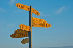 A Nova Zelandia esta localizada na Oceania e é considerada uma das massas de terra mais afastadas do mundo. Em Cape Reinga, ponto mais ao norte, uma placa identifica distâncias em relação a algumas das cidades mais importantes do mundo como Los Angeles, Londres, Sydney e Toquio. FOTO: Lucas Uebel/Preview.com