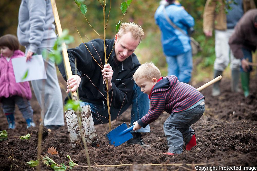 368672-opening van geboortebos, ouders en kinderen planten hun eigen boompje-hogeweg Booischot-Blauwens Peter, Victor Blauwens en An Gysemans