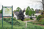 Nederland, Beneden Leeuwen, 13-5-2013Impressies van het dorp aan de Waal. Monument ter ere van bezoek koning Willem 3 1874, dorpskern en dijkgezicht richting dorp. Met fietsroute.Foto: Flip Franssen/Hollandse Hoogte