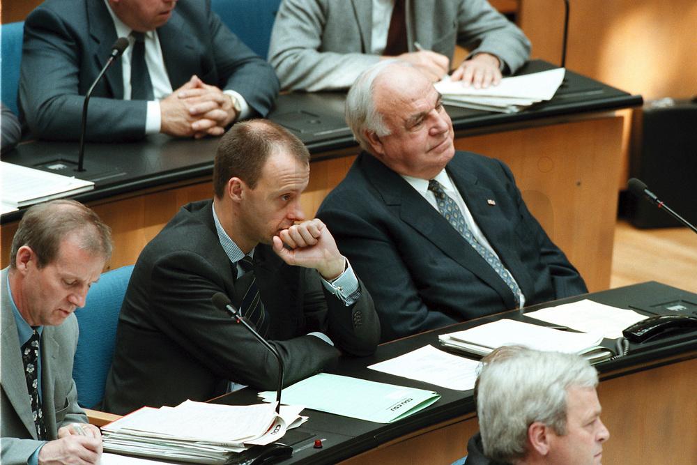 """24 JUN 1999 - BONN, GERMANY:<br /> Friedrich Merz, CDU, Stellv. CDU/CSU Fraktionsvorsitzender, und Helmut Kohl, CDU, Bundeskanzler a.D., während der Debatte zur  Regierungserklärung """"Zukunftsprogramm 2000"""", Plenum, Deutscher Bundestag<br /> Friedrich Merz, CDU, and Helmut Kohl, CDU, alumnus Chancellor, during the debate about the new tax program of the Federal Government, plenary, German Bundestag<br /> IMAGE: 19990624-01/04-25"""