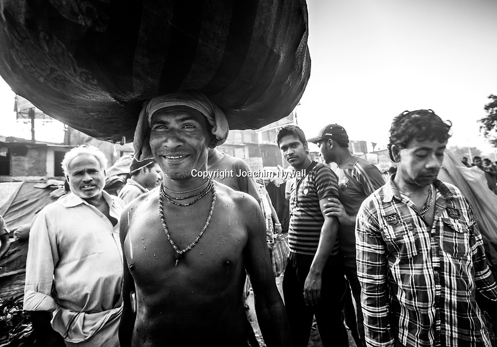 2014 10 29  Kolkata Calcutta <br /> West Bengal India Indien<br /> Malik Ghat Flower market <br /> Blomstermarknaden<br /> <br /> <br /> <br /> ----<br /> FOTO : JOACHIM NYWALL KOD 0708840825_1<br /> COPYRIGHT JOACHIM NYWALL<br /> <br /> ***BETALBILD***<br /> Redovisas till <br /> NYWALL MEDIA AB<br /> Strandgatan 30<br /> 461 31 Trollhättan<br /> Prislista enl BLF , om inget annat avtalas.