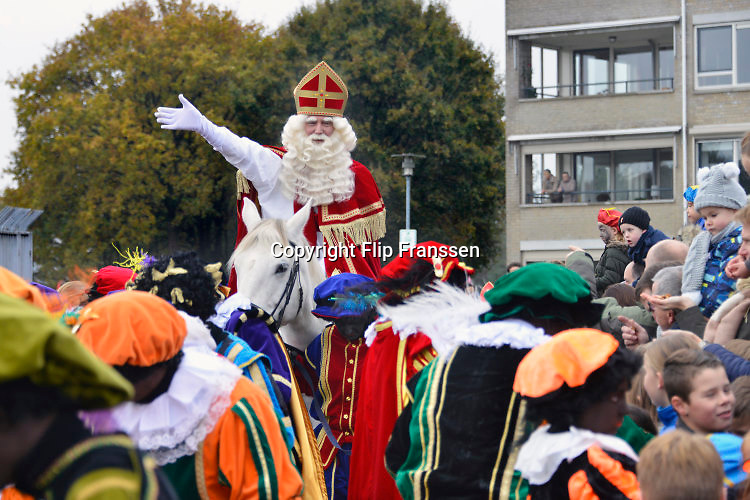 Nederland, Malden, 13-11-2016 Aankomst, intocht van de Sint. Er waren Zwarte Pieten . Foto: Flip Franssen