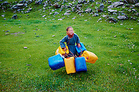 Mongolie, Arkhangai, corvee d eau pour cette jeune fille // Mongolia, Arkhangai province, water duty for this nomad girl
