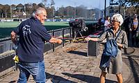 BLOEMENDAAL - Jan Kruijswijk  met Ingrid van Werkhoven, https://hockey.nl/nieuws/tulp-hoofdklasse-heren/de-anderhalvemeterman-van-bloemendaal-oogst-succes-met-anderh/  tijdens de hoofdklasse hockeywedstrijd mannen, Bloemendaal-Den Bosch (3-0) .    COPYRIGHT KOEN SUYK