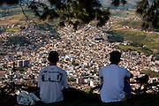 Pocos de Caldas_MG, Brasil...Homens olhando Pocos de Caldas...Men looking for Pocos de Caldas...Foto:LEO DRUMOND / NITRO