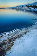 Vinter snö och blank is i Stockholms skärgård.