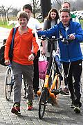 De Hollandse 100 op FlevOnice, een sportief evenement ter ondersteuning van onderzoek naar lymfeklierkanker. Een oer-Hollandse duatlon bestaande uit twee onderdelen: schaatsen en fietsen. <br /> <br /> The Dutch 100 on FlevOnice, a sporting event to support research into lymphoma. A traditional Dutch duathlon consisting of two components: skating and cycling.<br /> <br /> Op de foto:  Prins Pieter Christiaan