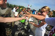 Nederland, Nijmegen, 20-7-2010Op de Wedren startten om 3 uur de eerste lopers van de 4daagse. Op de Oosterhoutsedijk (foto) waren extra waterpunten ingericht. Ook lagen er bloemen op de plek waar in 2006 een slachtoffer viel.Foto: Flip Franssen/Hollandse Hoogte