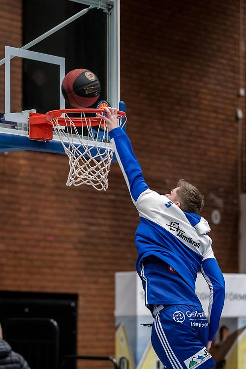 ÖSTERSUND 20200127<br /> Jämtlands Max Tandberg Vall vörmer upp inför måndagens match i basketligan mellan Jämtland Basket och Köping Stars i Östersunds Sporthall.<br /> <br /> Foto: Per Danielsson/Projekt.P