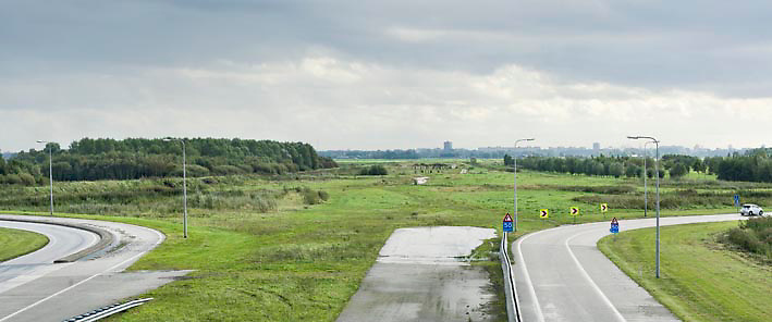 Nederland Delft 17-09-2010 20100917     A4 Delft - Schiedam wordt definitief verlengd,  er  is begin deze maand officieel besloten tot de aanleg van het stuk snelweg waarover zo'n vijftig jaar is gesproken. Rijkswaterstaat en het ministerie van VWS hebben dat laten weten.Over de nieuwe verkeersader wordt al decennialang gesteggeld, vooral omdat de weg het natuurgebied Midden-Delfland doorboort...De zeven kilometer asfalt tussen Delft en Schiedam doorkruist straks verdiept of via een tunnel het natuurgebied tussen de twee steden. Het belangrijkste pluspunt is dat de A13 wordt ontlast. Op rijksweg A13 staat dagelijks de voor de economie schadelijkste file van Nederland. Met het project A4 Delft-Schiedam willen lokale en regionale overheden en het Rijk de problemen rond bereikbaarheid en leefbaarheid op en rond de A13 en de A4 Delft-Schiedam oplossen, ook de bereikbaarheid van de Maasvlakte wordt zo verbeterd. Randstad.  ontlasting wegennet. Midden Delftland. , ruimtelijke ordening, ruimtelijke planning, ruimtelijke visie, ruraal, rurale omgeving, rustiek, rustieke, rustieke omgeving, rustig, rustige, schadelijk, schadelijk voor milieu, schaden, snelweg, snelwegen, spoor, stil, terrein, toekomst, toekomstige plannen, toekomstplannen, tracé, traject, transport, uitgestrektheid, uitlaatgassen, verbinding, verbindingen, vergezicht, vergezichten, verkeer en vervoer, verkeer en waterstaat, verkeersader, verkeersaders, verkeersdruk, verkeersnet, vernieuwing, vervoer, vewezenlijken, weg, wegen, wegenbouw, wegennet, wegnet, wegverbinding, wei, weide, wijds, wijdsheid