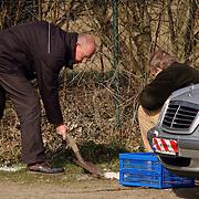 Duitse auto gevonden onder verdachte omstandigheden parkeerplaats Stichtse Strand Voorland Blaricum.politie, Gooi & Vechtstreek, technische recherche, onderzoek, kalk, afdrukken, gips,